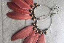 Boucles d'oreilles en plumes / Une collection de bijoux, bracelets et boucles d'oreilles fait main #bijoux #création, #artwork, #colors, #jewel