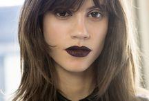 smarowanie kolorowymi produktami twarzy, powiek i ust
