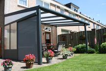 Terrasoverkapping / Een terrasoverkapping biedt u de gelegenheid om optimaal te kunnen genieten van uw terras en tuin. 's Avonds net iets langer buiten blijven en in alle comfort genieten van een heerlijke lente- of nazomeravond. Mocht u het prachtige voor- of najaar in uw tuin niet willen missen; een terrasoverkapping biedt u de nodige bescherming en verbindt uw woning met het buitenleven in uw tuin.
