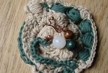my free form crochet / tecnica all'uncinetto: assemblaggio di pezzi lavorati singolarmente senza uno schema predefinito.