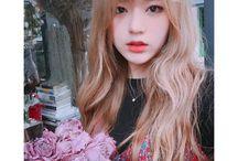 Coreana - cabelo longo e loiro com franja