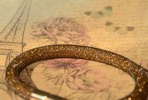 Bracelet with magnetic clasp / Nástěnka s náramky vyrobenými z dutinky a rokajlu. Bracelets made of glass rocail beads.