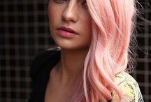 Cheveux en couleurs, de toutes les couleurs. / Pour aider les femmes à choisir une couleur de cheveux, que vous vous imaginiez en brune, en blonde ou pourquoi pas en rousse flamboyante.