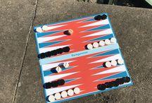Backgammon in verschiedenen Farben und Größen