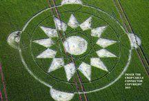 Graancirkels / Geometrische figuren, die ontstaan in allerlei soorten graan, zand, sneeuw. Je vindt ze over de hele wereld, maar in Engeland, rond het gebied Wiltshire worden er elk jaar veel gespot.