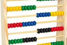Školské potreby / Multifunkčná tabuľa s rámom z jednej strany magnetická, z druhej pre písanie fixou, police, počítadlo, hodiny a abeceda. Kvalitné školské pomôcky, potreby pre deti.