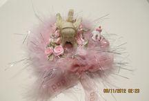 angels on shelfs / Verschillende kleuren en op schelpen gemaakte elfjes en engeltjes.