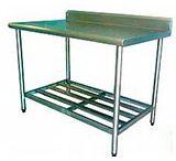 MESA DE COZINHA EM AÇO INOX / A mesa de cozinha em aço inox é projetada para atender com eficiência as mais variadas necessidades de uma cozinha profissional. Os produtos em aço inoxidável são amplamente indicados para locais onde a facilidade de limpeza e a higiene são imprescindíveis.