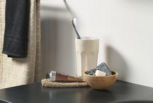 Dice badmeubelen / De meubellijn Dice kenmerkt zich door strakke meubels en organisch gevormde matte wasbakken. De kasten in wit, lavagrijs of houtstructuur passen daarbij in vrijwel iedere badkamer.
