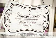 Plăcuțe decorative pentru nuntă / Plăcuțele decorative pentru nuntă sunt elementele de care ai nevoie pentru a-ți organiza un eveniment personalizat și plin de originalitate, așa cum întotdeauna ai visat.