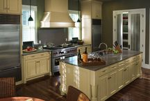 Die old kitchen cabinets! Die! / Do you hate your kitchen cabinets? Does your kitchen scream 1980? Don't have the budget to do a complete kitchen remodel?  The answer to all your problems may be as simple as a couple of coats of paint. Painting your cabinets is an easy and cheap way to totally change the look of your kitchen.