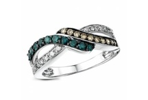 Caribbean Diamonds / No matter what kind of woman you are, you'll appreciate the intrinsic style and understatement beauty of a naturally coloured diamonds. Whether it's the deep blues of a Caribbean ocean, chocolate brown, or the deep red of a rose these colours will carry you through every season