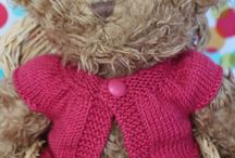 Knitted clothes for teddy