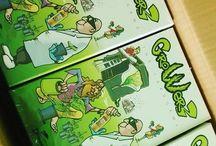 GrowerZ The CardGame gioco carte coltivazione cannabis / GrowerZ the Card Game è un gioco di carte per 2 o più persone, riguardante la coltivazione di cannabis, diversi personaggi disponibili, dovrete far fronte alla vostra personale produzione, attraverso diverse attrezzature, tecniche, prodotti, ecc... tutto racchiuso in 165 carte, con grafiche curate dall'attivista Ivan Art.