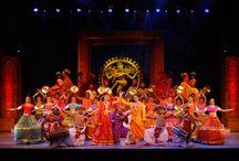 La travolgente danza dei #film indiani di #Bombay, con ambientazioni hollywoodiane a Spazio Aries!  / La travolgente danza dei film indiani di Bombay, con ambientazioni hollywoodiane, che utilizza delle sequenze divertenti, gioiose! L'#espressività degli occhi e i gesti delle mani (#mudra) raccontano intricate storie d'amore e di passione, la #musica ha un ritmo incalzante e il risultato è un corpo agile e sciolto e un'irrestibile voglia di #sorridere! E' così irresistibile da arrivare addirittura in cartellone a #Broadway per molti mesi!