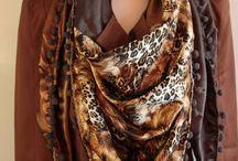 Sjaals satijn / Deze grote sjaal is gemaakt van mooi satijn. Iedere sjaal wordt met de hand gemaakt van kwalitatieve stoffen en kan het hele jaar gedragen worden, passend bij je outfit. In de sjaal is een loofkoord verwerkt zodat de sjaal altijd mooi blijft hangen. Leuk op je jeansjack of om je jas op te fleuren. Maar ook prima te dragen met een mooie blouse of colbert. Kortom een onmisbaar item voor je garderobe.