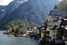 """Jezera Solnograške / Skrivnostna jezera Salzkammerguta vabijo ne le na obalno kolesarsko vožnjo, pač pa tudi kak na kak del poti z vlakom ali ladjico ali na sprotno osvežitev v kristalno čistih globokih vodah. Tod se življenje še ni čisto izvilo iz preteklosti cesarice Sissi. Skušnjava vas bo zvabila na pecivo in slaščice v elegantnih slaščičarnah in na koncu te poti se boste strinjali s cesarjem Francem Jožefom, ki je tu preživljal poletja - """"Bilo je zelo lepo in veselilo nas je!"""""""