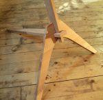 Lampa Nod by arh. Victor Carp / NOD reprezinta un prototip de lampa de pardoseala, compus din structura de lemn de esenta fag si material textil pentru abajur. Forma lampii este rezultatul unor studii bazate pe modalitatile de imbinare si de construire traditionale.
