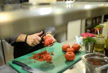 Κουζίνα / Καθημερινά παραλαμβάνουμε ολόφρεσκα τα εκλεκτά ψάρια του Αιγαίου και τα οστρακοειδή με τα οποία δημιουργούμε τις γεύσεις μας. Μια ολόκληρη προετοιμασία τελετουργίας που ξεκινά από τα χαράματα και τελειώνει αργά το βράδυ!