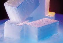 Bloki suchego lodu / Suchy lód jest doskonałym chłodziwem wykorzystywanym nie tylko w transporcie. W łaźniach laboratoryjnych po rozkruszeniu bloków stosuje się zazwyczaj w postaci mieszaniny oziębiającej. Mieszanina oziębiająca składa się  z rozdrobnionego suchego lodu i rozpuszczalnika organicznego o niskiej temperaturze krzepnięcia (poniżej −80°C). Dla przykładu może to być aceton lub etanol. Najważniejszą właściwością suchego lodu jest temperatura która wynosi -78.5°C