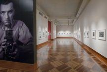 Robert Doisneau. La belleza de lo cotidiano / El Museo del Palacio de Bellas Artes presenta por primera vez en México la obra de Robert Doisneau (1912- 1994), fotógrafo prolífico, pionero de la fotografía documental, ampliamente reconocido por sus retratos de la vida en la ciudad y los suburbios parisinos. La muestra está constituida por la selección de 79 fotografías, en su mayoría vintage. http://museopalaciodebellasartes.gob.mx/micrositios/doisneau/index.php