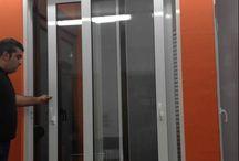 Κουφώματα αλουμινίου / οποθετούμε τις καλύτερες θερμοδιακοπτόμενες σειρές αλουμινίων που υπάρχουν σήμερα. Για τα συρόμενα χωνευτά χρησιμοποιούμε την ΑΛΟΥΜΙΛ S350 και για τα ανοιγόμενα την ΑΛΟΥΜΙΛ S20000, όλα με ενεργειακά τζάμια 4 εποχών. Τα συγκεκριμένα έχουν τον καλύτερο συντελεστή θερμοηχομόνωσης, τις καλύτερες εφαρμογές και υψηλούς συντελεστές σε θερμοπερατότητα, ανεμοπίεση και στεγανότητα.