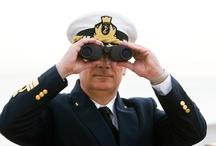 Leben an Bord / Mit einem Lächeln geht alles besser! Sobald Sie an Bord des Schiffes kommen, heißen Sie unser Kapitän und seine Offiziere ganz herzlich willkommen. Unabhängig davon, ob Sie das erste Mal auf Kreuzfahrt gehen oder schon kreuzfahrterfahren sind: Unsere Crew wird sich darum bemühen, Ihnen jeden Ihrer Wünsche von den Augen abzulesen.
