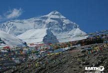 Tibet / Da sempre il Tibet è considerato misterioso e inaccessibile. Questo luogo remoto e mitico conserva la seduzione dei leggendari racconti di viaggio. Il popolo tibetano ha da sempre abitato la solitudine degli immensi spazi e ha dato vita ad una filosofia religiosa che affascina il mondo occidentale.
