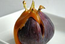 Figner  dansk  tekst / Figner  5-8 cm pæreformet frugt fra figentræet med grøn eller brun skal og rødbrunt, velsmagende frugtkød