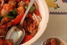 Panzanella integrale / La panzanella è una tipica ricetta toscana a base di pane raffermo, pomodoro, cipolla, basilico e origano. Ci vorrebbero anche il cetriolo e il pepe ma  mi piace così...a voi la scelta se aggiungerli.