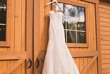Chic October Wedding / October Wedding in Virginia, Sierra Vista.      Megan Vaughan | Castle Studio Productions | Angela Hudson Cakes