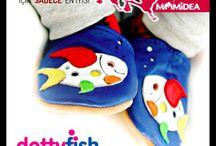 dottyfish / DOTTY FISH zararlı hiçbir madde içermediği testlerle kanıtlanmış yumuşak deriden, kaymayı önleyen süet tabanlıdır. Ayağın nefes almasını sağlar. Ayakkabıların nefes alma özelliği yazın ayakların terlemesini önlerken, kışın sıcak kalmasını sağlar. Elastik kenarlar ayakkabıların çıkmasını önler. Yapıldığı malzemelerin kimyasal içermediği İngiltere'de laboratuvar testleri ile kanıtlanmıştır. İngiltere'den ithaldir.