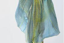 """SOPHIE GUYOT / Sophie Guyot construit sa démarche de créatrice textile par une approche contemporaine de la soierie et de la parure, en sculptant et colorant la matière. Elle utilise les propriétés des étoffes pour créer des """"objets à porter"""" intemporels; des pièces uniques ou des séries limitées numérotées. Sa recherche est fondée sur la polyvalence et la transformation de l'accessoire en fonction  du contexte et de l'usage."""