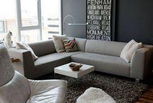 Salony w szarości / Grey living-rooms / Salony projektowane z dużą ilością szarych odcieni są szalenie nowoczesne i dają ogromne możliwości ciekawej organizacji wnętrza. Szary salon nie musi być przytłaczający. Zaletą szarości jest uniwersalność i ponadczasowość, dzięki którym jest ona doskonałym tłem dla kontrastujących dekoracji i dodatków. Szare ściany sprawdzą się w nowoczesnych aranżacjach salonu.