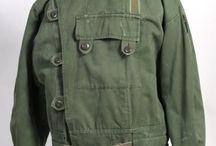 Nová uniforma / Inspirace: vojenské oblečení, denim, hrubé plátno, námořní uniformy, outdoor, letecké bundy. Všemu dominuje funkčnost - věci, které mají opravdu smysl. Barvy: khaki, námořnická modř, světle šedá. Oděvy: kalhoty chinos, kabáty, košile, parka. Nálada: dobrodružná nálada, nostalgie, vintage.