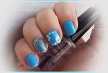 Manicura azul,flores y glitter