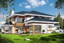 Projekty domów z antresolą / Inwestorów, którzy preferują nowoczesne, otwarte przestrzenie, z pewnością zainteresuje kolekcja projektów domów z antresolą. Pustka pozostawiona nad salonem, jadalnią czy holem to niebanalne rozwiązanie, które może atrakcyjnie powiększyć przestrzeń i sprawić, że we wnętrzu możliwe będzie zastosowanie wielu interesujących rozwiązań aranżacyjnych.