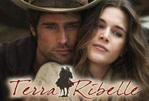 """Terra Ribelle / On peut qualifier cette fiction de """"Romantic-western"""". Nous nous retrouvons plongés dans la """"Maremma"""" au milieu du XIX. Andrea (Rodrigo Guirao Diaz) et Iacopo (Fabrizio Bucci) sont des amis depuis leur enfance. Le premier est le fils d'une servante et l'autre le fils du propriétaire. Ils tombent amoureux de la même femme, Elena (Anne Favella), dont la soeur Luisa (Sabrina Garciarena) a été promise en mariage à Iacopo par le père. Celui-ci est tombé en disgrâce et doit donner sa fille en mariage."""