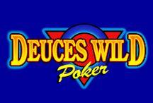 """Deuces Wild Poker / Il video poker standard Deuces Wild presenta le stesse caratteristiche della sua variante a 4 mani (eccetto, appunto, la mano unica su cui si gioca): i 2, quindi, si comportano come carte jolly nel completare combinazioni vincenti, tra le quali ci sono anche la """"scala reale con 2"""" e le """"cinque carte uguali""""."""