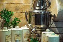 Kącik Ziołowy Manor House / Wszystkich, którzy pragną odkryć moc aromatycznych naparów z ziół serdecznie zapraszamy do Manor House. W restauracji stworzyliśmy wyjątkowe miejsce - kącik ziołowy, w którym nasi Goście mogą samodzielnie i bez ograniczeń przygotowywać własne kompozycje i degustować napary ziołowe.