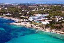 """Insotel Hotel Formentera Playa **** / Situado en la tranquila y preciosa Playa Migjorn de Formentera. A 9 Km. del Puerto de la Savina, con la línea de ferry con Ibiza. Autobús regular y alquiler de motos y coches en el propio hotel. Acreditado con la """"Q"""" de calidad del Instituto para la Calidad Turística Española y certificado por la Normas ISO 9001, ISO 14001 de Gestión Ambiental."""