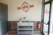 Imatge corporativa per Saltapes Bar / Disseny de logotip imatge de marca, serveis de disseny i impressió de cartes menú, flyers, targetes i retolació del local per Saltapes BAR