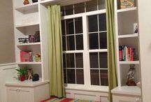 стол с полками у окна