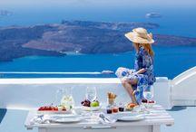 Charter Santorini / Santorini este o insula din Marea Egee, apartind de arhipelagul Insulele Ciclade. Este faimoasa pentru fantasticele apusuri de soare si plajele foarte curate. Imaginile caselor albe care atarna pe varfuri ireale de stanci cu acoperisuri albastre care stralucesc deasupra marii sau ale piscinelor cu forme rotunjite sunt marca insulei. Din marginea cea mai sudica a calderei, ultima suflare a soarelui este obturata de insulele Nea Kameni si Thirasia.