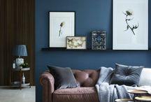 MUR PEINT - PAINTED WALL / L'idée pour palier à une décoration trop chargée, c'est de miser sur un mur coloré. On peut alors jouer avec les matières et les textures, dessiner des formes géométriques, miser sur le ton sur ton avec son mobilier ou au contraire, complètement trancher en ne peignant que la moitié du mur. Dans la chambre, dans la cuisine ou dans la salle de bain, cette technique s'utilise partout !
