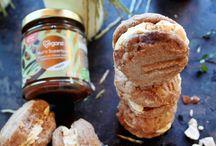 Bio Veganz Nut'n Superfood Haselnuss-Kakao-Vanille / Cashew-Goji-Karob / Bio-Haselnussmus. Kakaopulver. Vanille. Aus diesen kostbaren, köstlichen Zutaten sind Mus-Träume gemacht. Cremig auf frischem Brot, zartschmelzend zum Backen ... oder genüsslich gelöffelt. Wir nehmen den Mund sicher nicht zu voll, wenn wir dir zurufen: Dieses Mus ist ein Must-have!