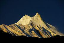 """Nepal / Con 8.163 metri conquista l'ottavo posto tra le vette più alte al Mondo: Manaslu, la """"montagna dello spirito"""". Siamo sull'Himalaya, ai piedi di uno dei massicci più autentici e selvaggi del Nepal, dove i luoghi e la popolazione hanno mantenuto la loro purezza, perché chiusi al turismo di massa."""