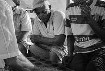 Mancala / Mancala est une appellation générique pour désigner un ensemble de jeux traditionnels pratiqués principalement en Afrique et en Asie et que l'on nomme aussi jeux de semailles. Le mécanisme de ce type de jeu consiste à semer des cailloux, des graines ou des coquillages dans des alvéoles creusées sur un support en bois généralement ouvragé, que l'on appellera alors Tablier, ou plus simplement dans des trous creusées à même le sol ...