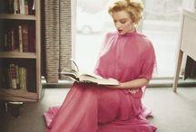 Marilyn Monroe Reading / Marilyn Monroe Reading