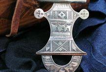 Jóias etnicas / mergulhando nas primeiras joias , os primeiros vestígios do adorno pessoal , e assim esse estilo continua , seriam joias sim industrializar, puras